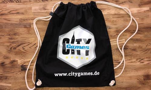 CityGames Dresden Schüler Tour: Sportbeutel schwarz auf Holz