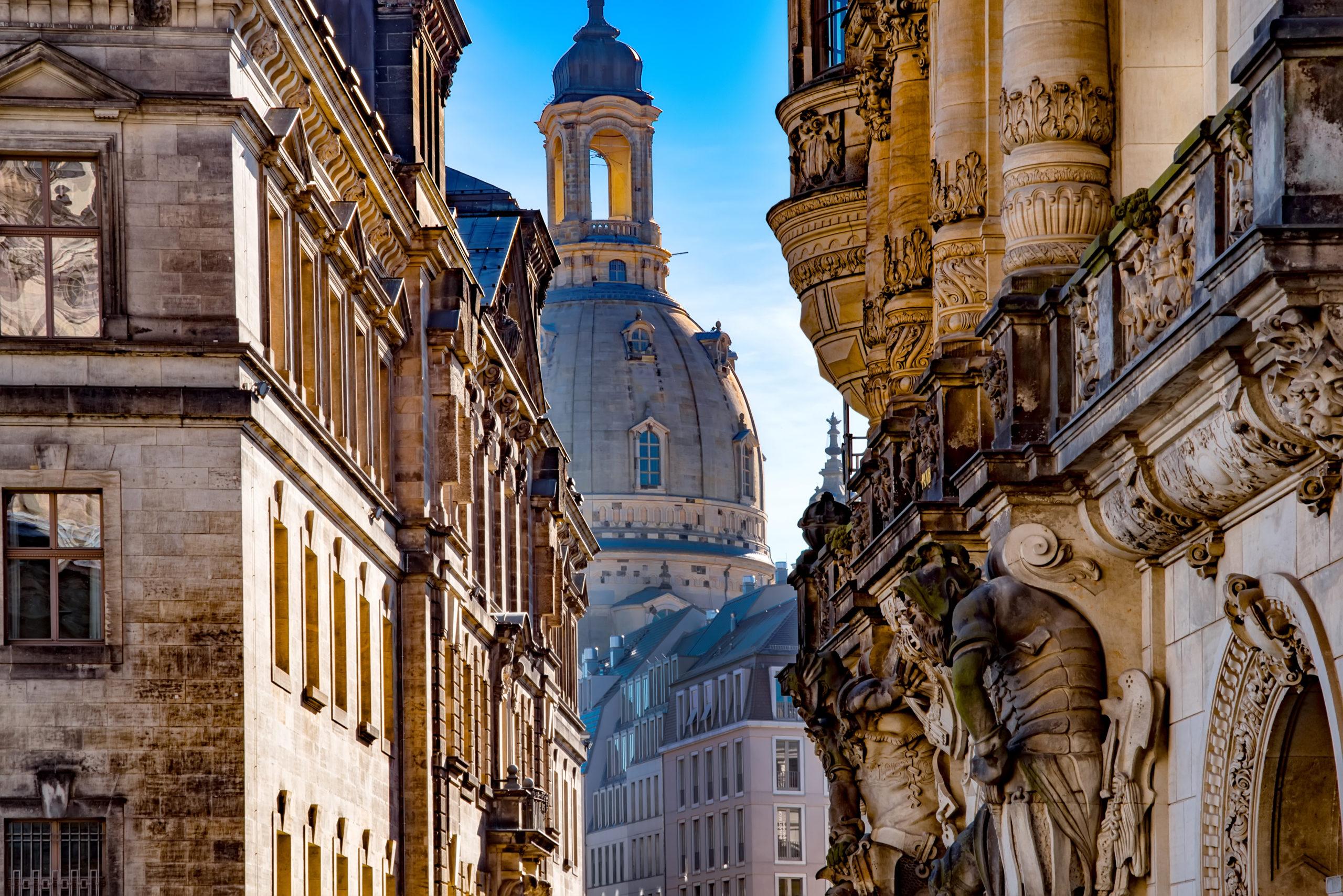 Frauenkirche und Wandskulptur vom Georgentor in Dresden